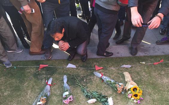 上海市民为踩踏事件中的死伤者献花祈福